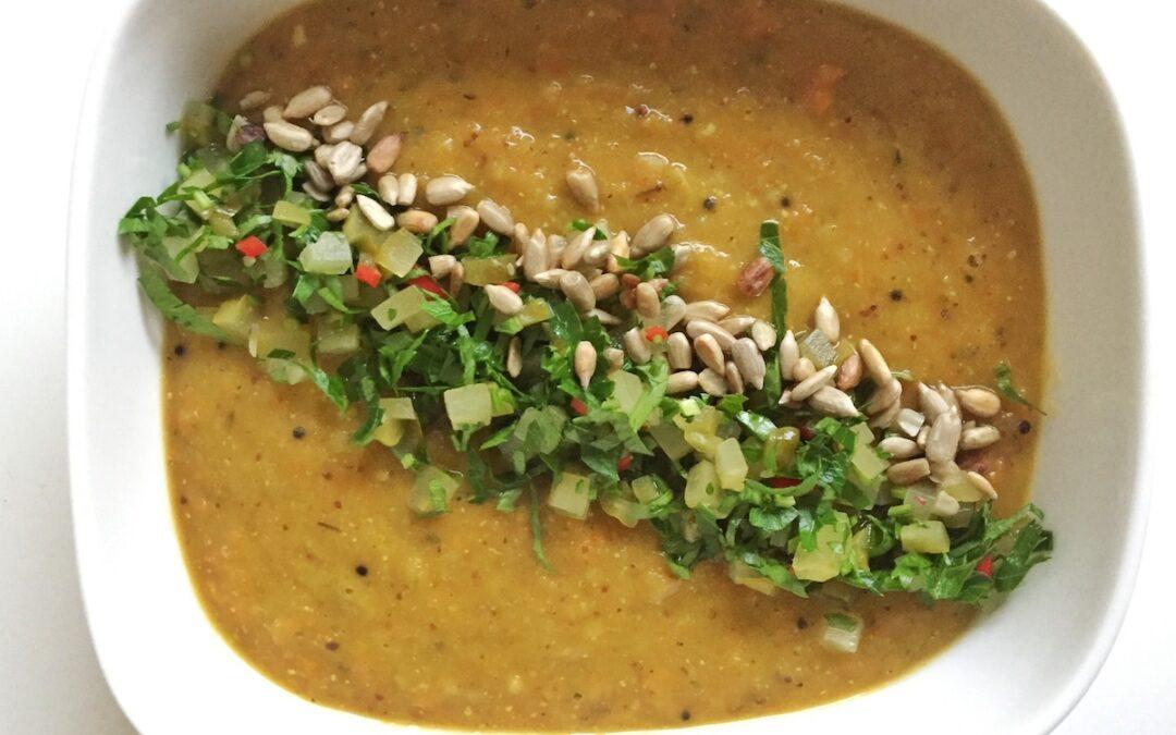 zupa z zielonego grochu z salsą z kiszonego ogórka