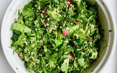 sałatka piękna i młodości, czyli zielone liście, domowe pesto i kasza jaglana