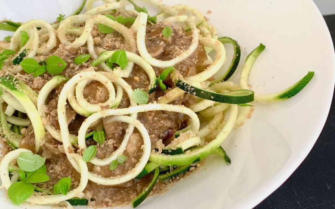 sos pieczarkowy z cukiniowym makaronem, czyli zoodles